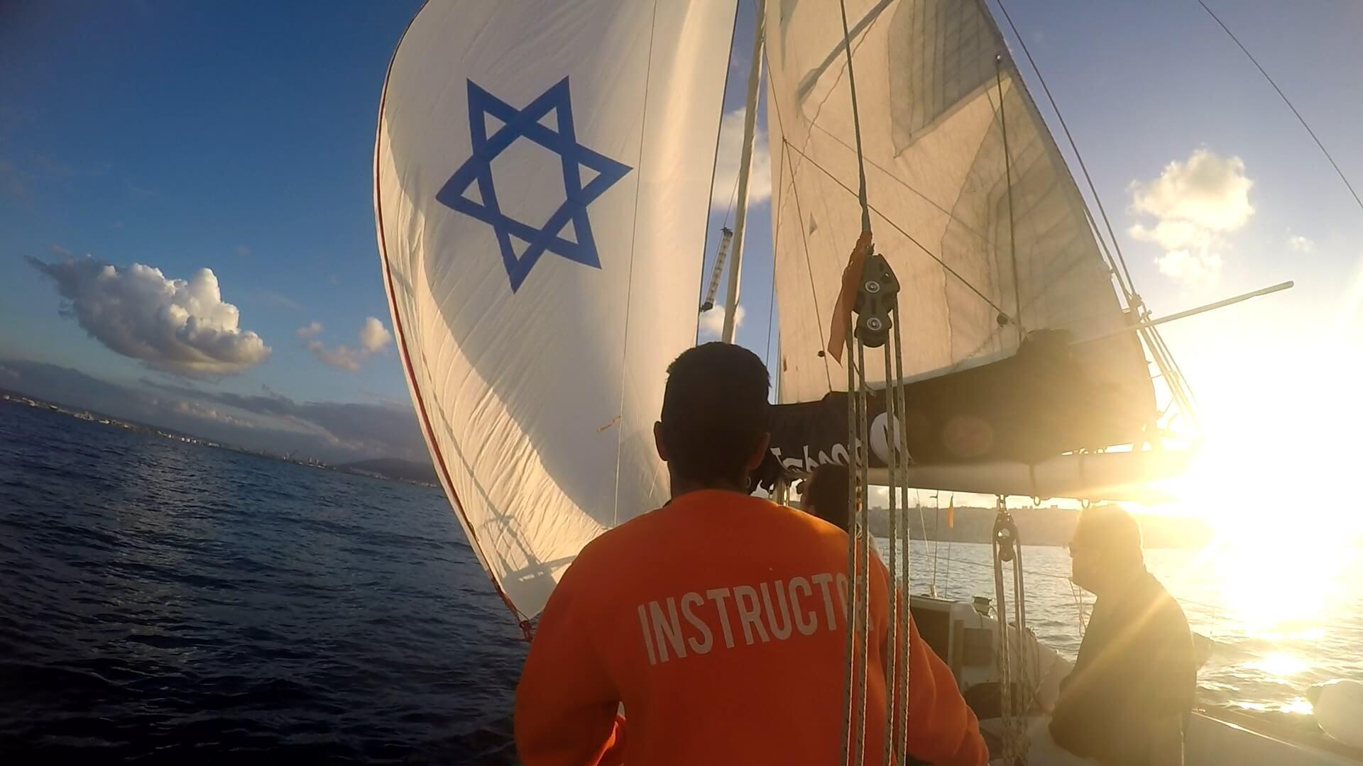 מיקי וינשטיין-דל ישראל מונף בספינה